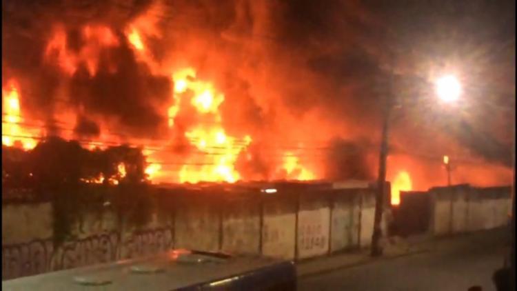 O fogo atingiu 48 coletivos na garagem de ônibus do Consórcio Salvador Norte - Foto: Reprodução