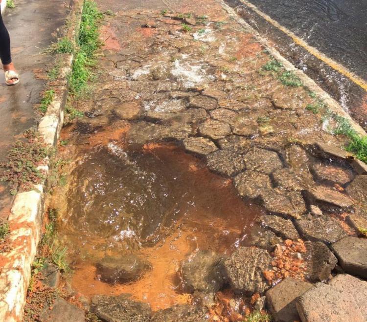 A água invade a pista no local, mas não afeta o trânsito - Foto: Juracy dos Anjos | Ag. A TARDE | 29.01.2018