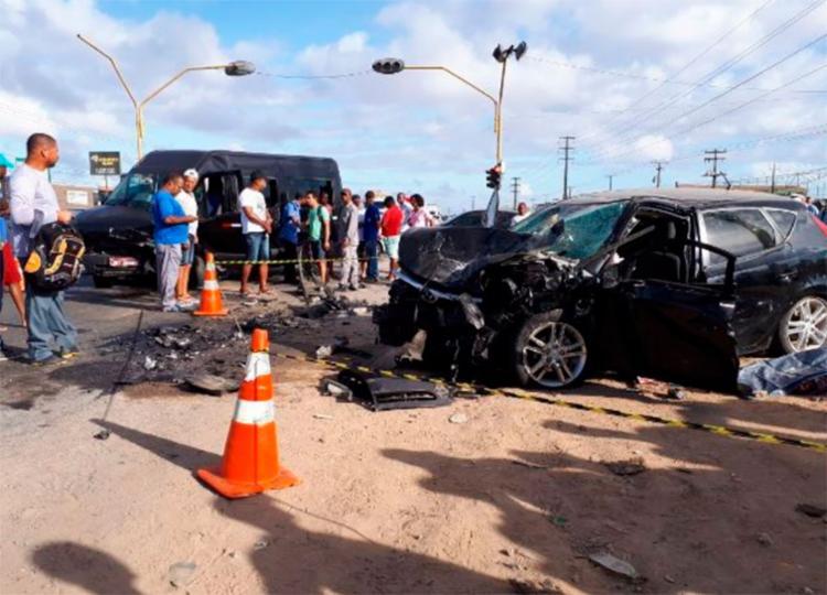 As vítimas estavam dentro do carro de passeio - Foto: Ed Santos | Reprodução | Acorda Cidade