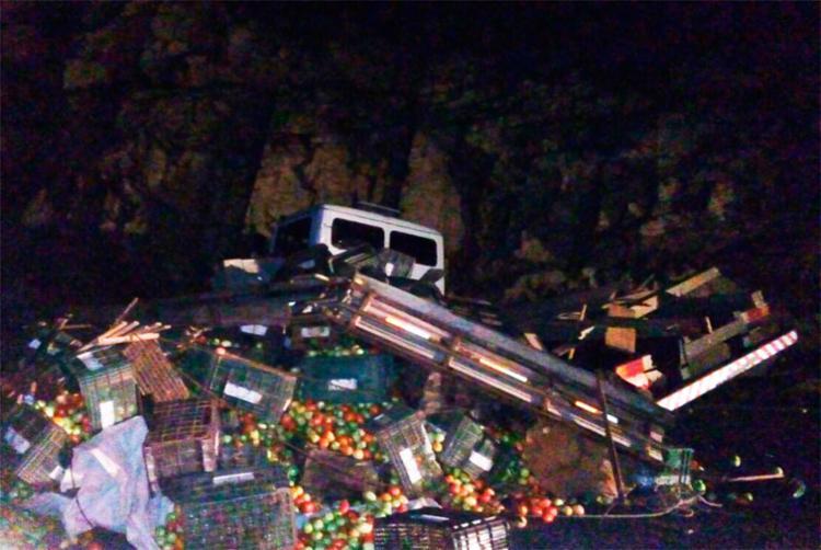 Após colidir em um carro, o caminhão se chocou contra um paredão - Foto: Reprodução | Jacobina Notícias
