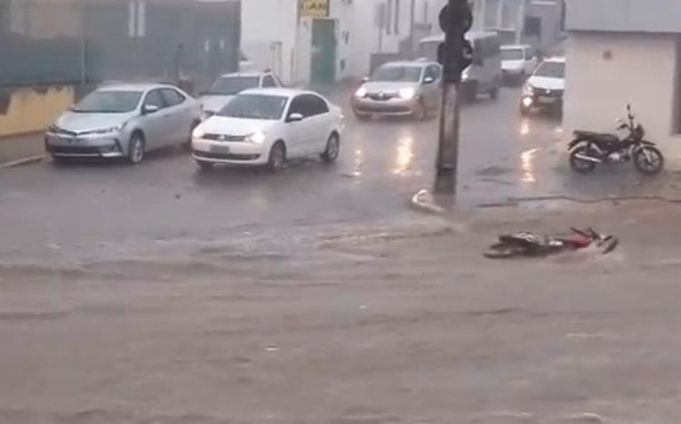 Chuva causou alagamento e estragos nas ruas da cidade - Foto: Reprodução | YouTube