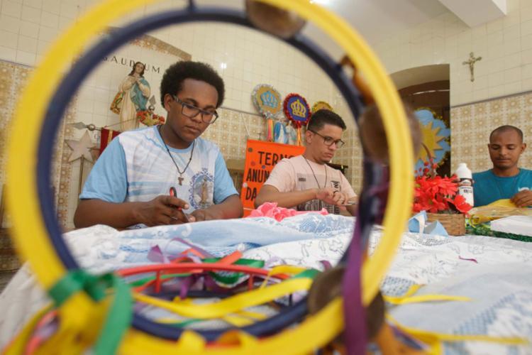 Puxador do Terno Anunciação, Andrei Nascimento faz ajustes no estandarte - Foto: Mila Cordeiro | Ag. A TARDE