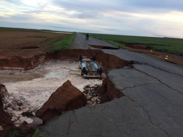 O carro continua dentro da cratera na manhã desta quinta, 4 - Foto: Reprodução   Blog Sigi Vilares