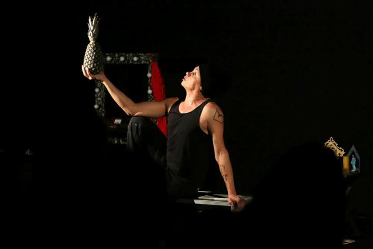 O ator em cena, representando o cotidiano das pessoas trans - Foto: Élcio Paraíso | Divulgação