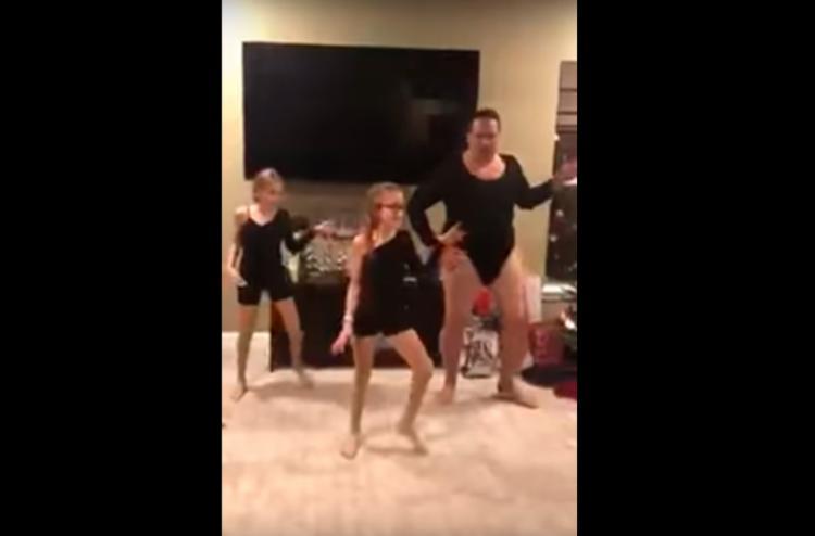 Steve rebola e tenta acompanhar o ritmo das duas filhas usando um collant preto - Foto: Reprodução | YouTube
