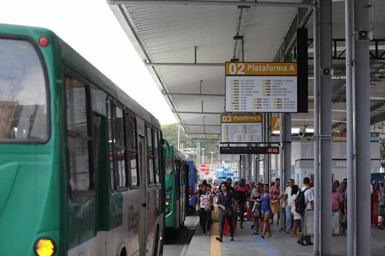 O local recebe mais de 33 mil passageiros, por dia útil, e 66 linhas de ônibus urbanas e cinco metropolitanas - Foto: Raul Spinassé l A TARDE
