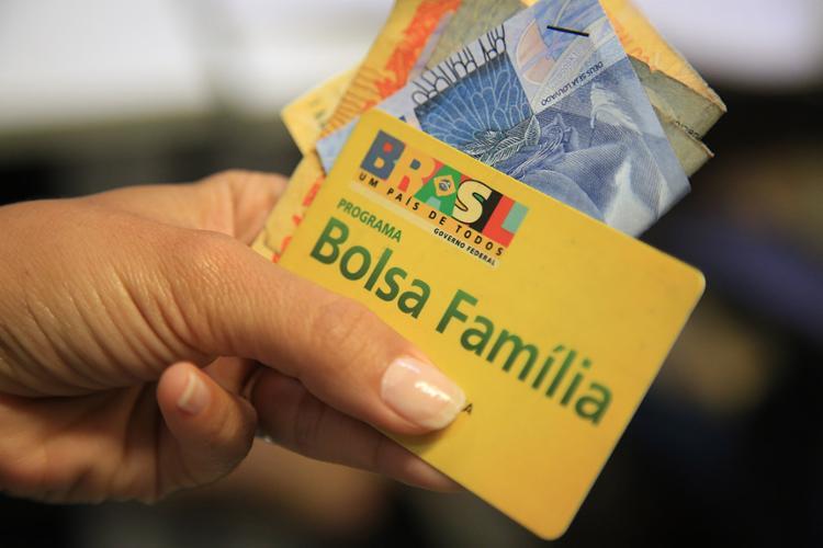 Os bloqueios e cancelamentos de cartões ocorreram por inconsistência e até falsificação da renda cadastrada - Foto: Joá Souza l Ag. A TARDE l 11.08.2017