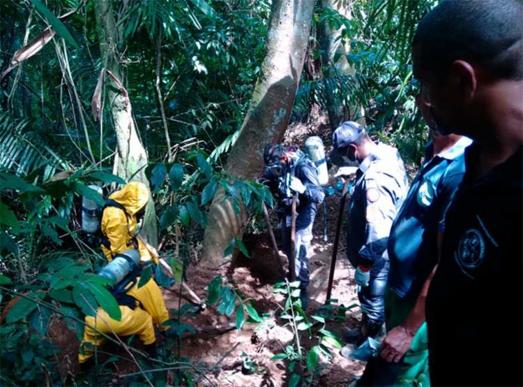 Investigadores, bombeiros e peritos atuaram na localização das covas na mata - Foto: Euzeni Daltro | Ag. A TARDE