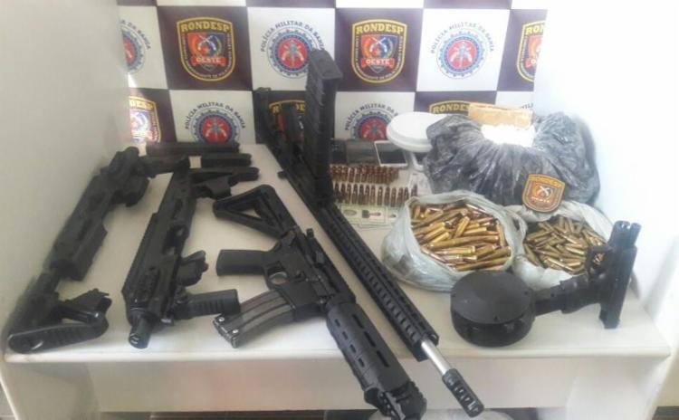 As armas, munições e drogas estavam enterrados em um tonel de 200 litros - Foto: Divulgação   SSP-BA