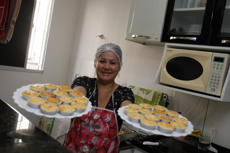 Celeide anuncia suas empadas em um grupo do condomínio - Foto: Mila Cordeiro l Ag. A TARDE