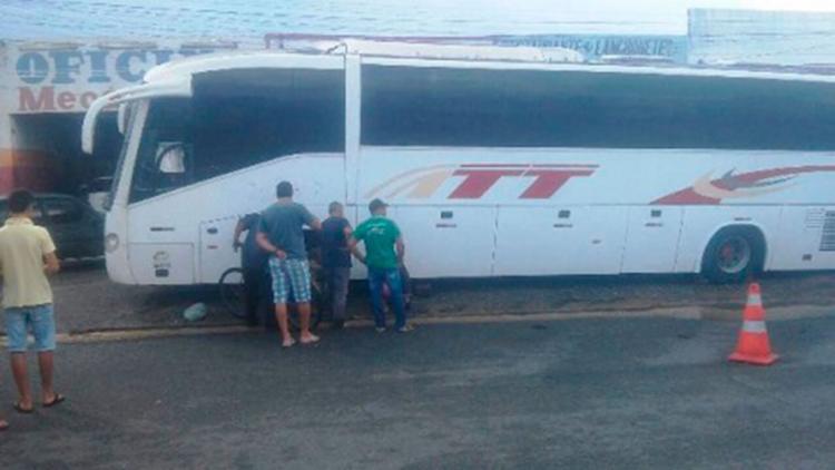 Veículo caiu sobre o corpo do borracheiro enquanto eram realizados reparos - Foto: Reprodução | Giro em Ipiaú