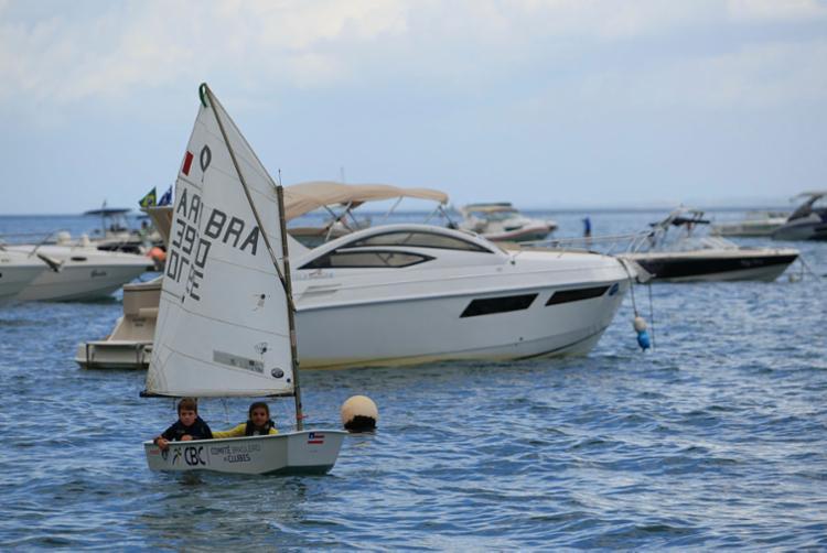 Juntos no barco para demonstração, Maria Luiza e Henrique Becker são rivais no torneio - Foto: Alessandra Lori | Ag. A TARDE