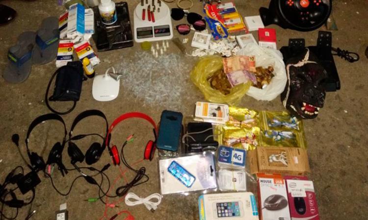 A polícia encontrou materiais roubados dentro de uma casa usada de esconderijo pelo bando - Foto: Divulgação | SSP-BA