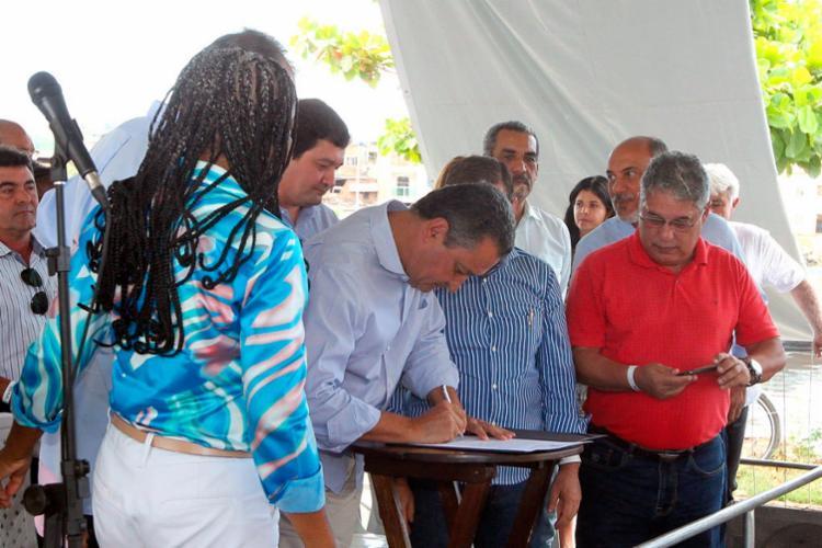 Governador assinou ordem de serviço para as obras de ampliação do Sistema de Esgotamento Sanitário - Foto: Matheus Pereira | GovBA