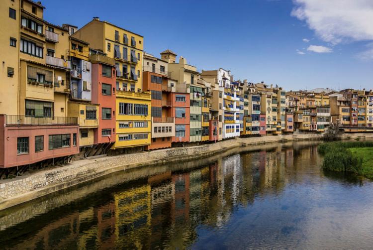Habitações coloridas são o cartão-postal de Girona - Foto: Divulgação