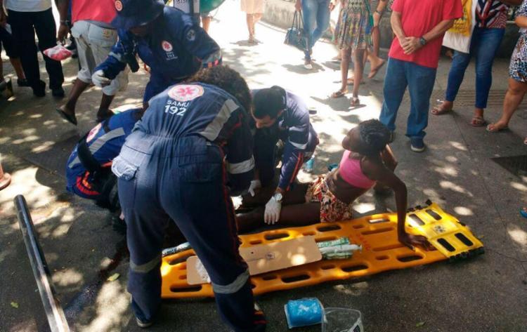 Vítima foi atendida no local por uma equipe do Samu - Foto: Adilton Venegelores | Ag. A TARDE | 08.01.2018