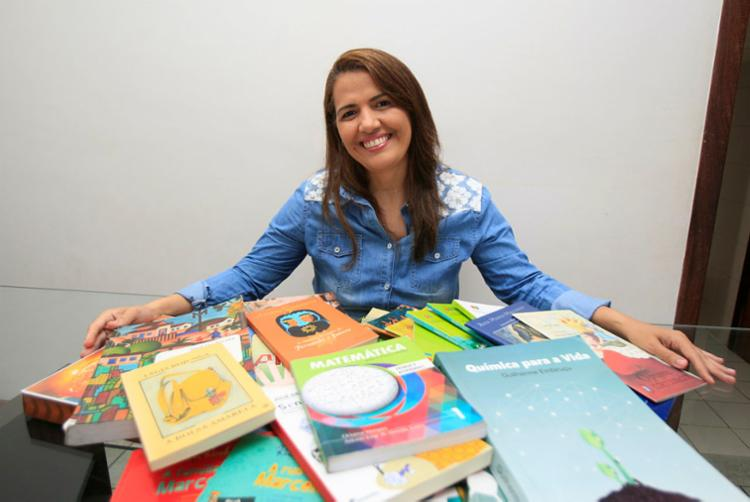 Publicitária Sineide Xavier criou grupo de WhatsApp para trocar informações sobre livros - Foto: Alessandra Lori | Ag. A TARDE
