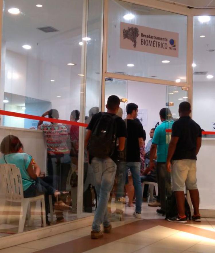 O atendimento foi feito de forma mais lenta nesta segunda-feira, 8, por causa da instabilidade do sistema - Foto: Luana Almeida | Ag. A TARDE
