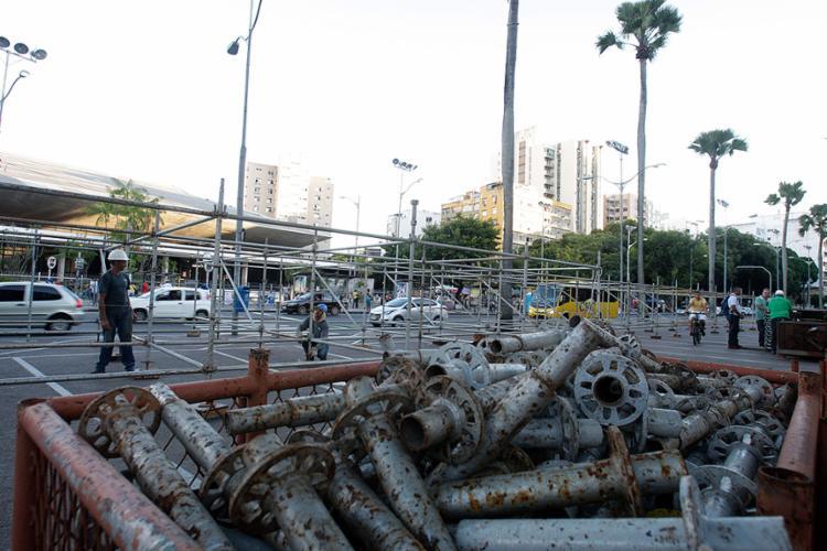 Região do Campo Grande com material para montagem de um dos camarotes - Foto: Mila Cordeiro l Ag. A TARDE