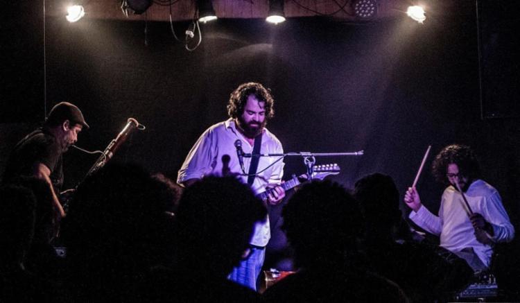 Uru (fagote), Heitor (guitarra e voz) e Antenor (percussão). Só faltou o homem-alvo na foto - Foto: Renan Barbosa | Divulgação