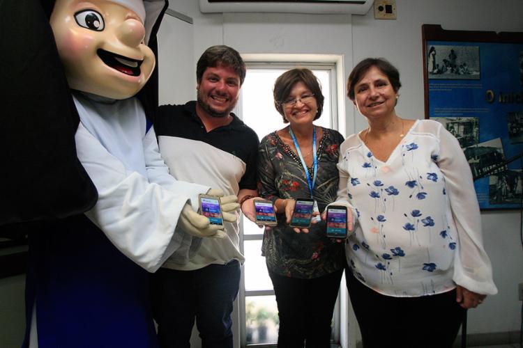 Ricardo, Maria Rita e Elaine mostram o aplicativo - Foto: Alessandra Lores l Ag. A TARDE