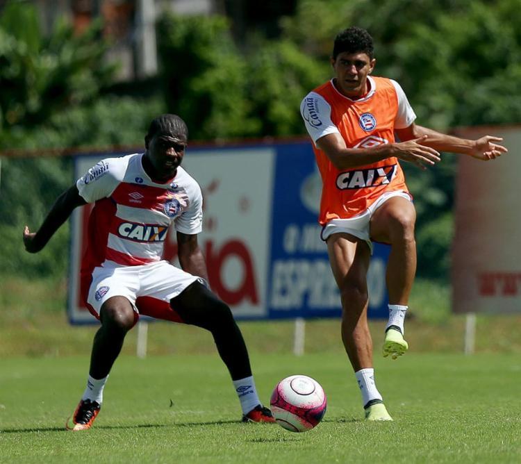 Edson (E) treinou como titular no meio-campo tricolor - Foto: Felipe Oliveira l EC Bahia