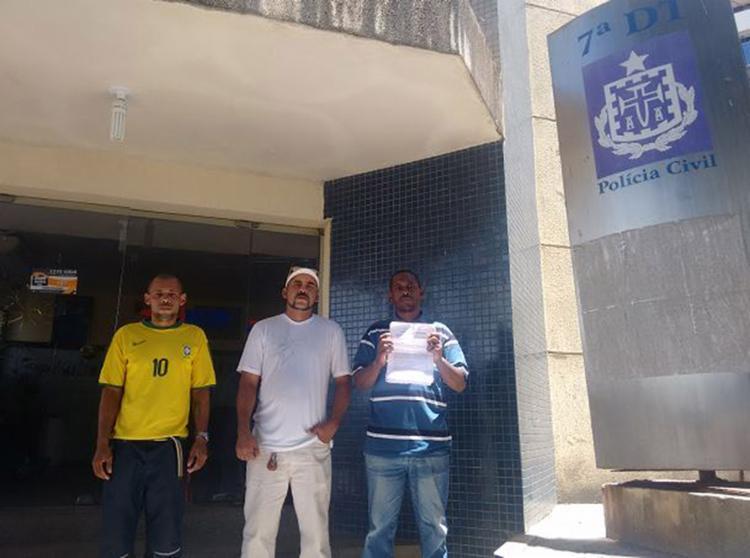 Wellington (à esq.) acompanhou o irmão e o cunhado na delegacia para desmentir versão da mulher - Foto: Andrezza Moura l Ag. A TARDE
