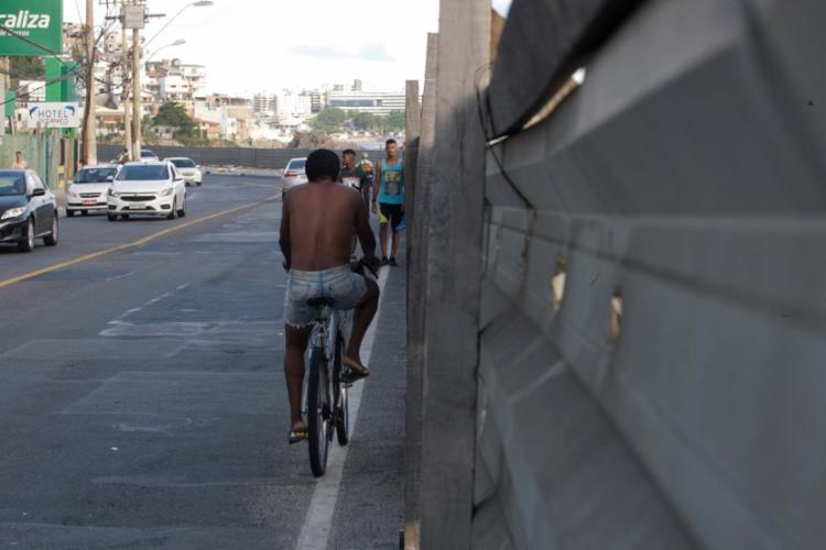 Caminhar ou andar de bicicleta entre a Pedra da Sereia e o Isba é missão difícil para quem passa pelo local - Foto: Mila Cordeiro | Ag. A TARDE | 08.01.2017