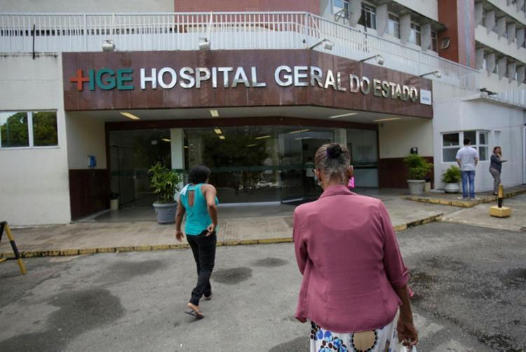 Vítima permanece internada no HGE, na avenida Vasco da Gama - Foto: Raul Spinassé | Ag. A TARDE