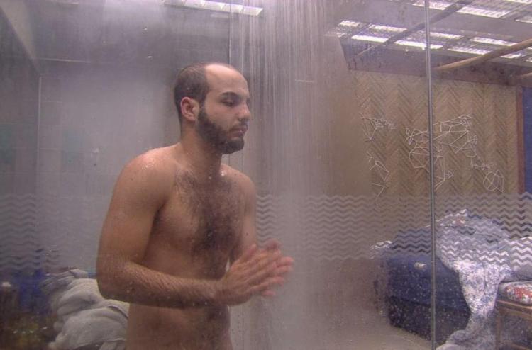 Após terminar a ducha, Mahmoud caiu na real - Foto: Divulgação | TV Globo