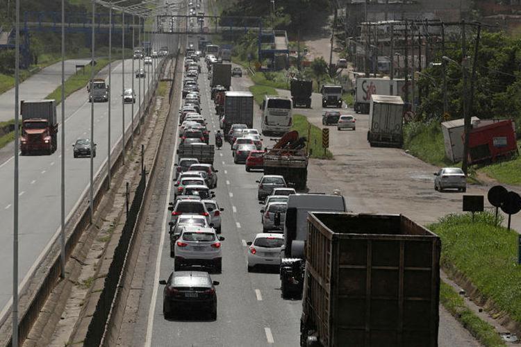 Trafego segue lento na rodovia por conta do acidente - Foto: Raul Spinassé | Ag. A TARDE