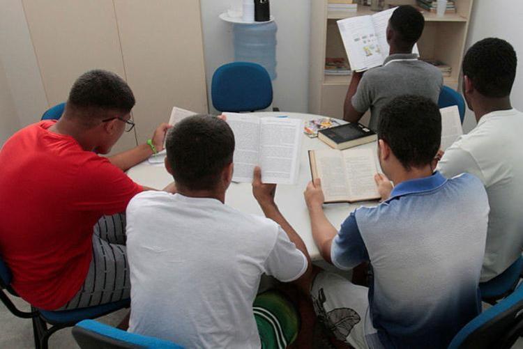 Adolescentes em momento de estudo que garantiu o desempenho que alcançaram na realização do Enem 2018 - Foto: Mila Cordeiro   Ag. A TARDE