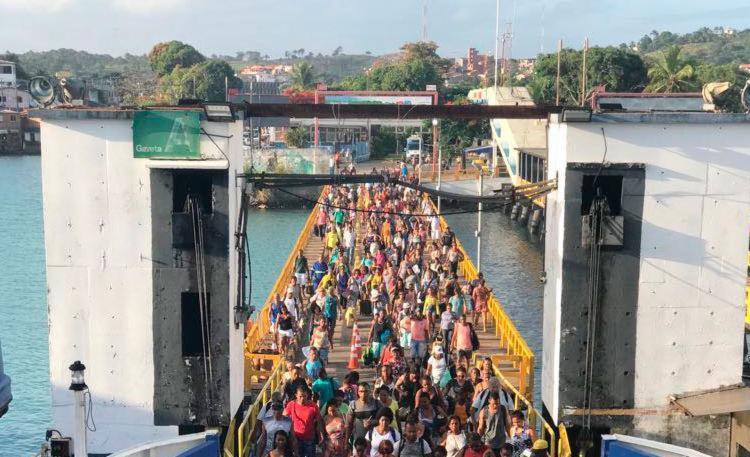 Passageiros pararam na rampa de acesso ao ferryboat e fizeram um protesto - Foto: Xando Pereira | Ag. A TARDE | 03.01.2018