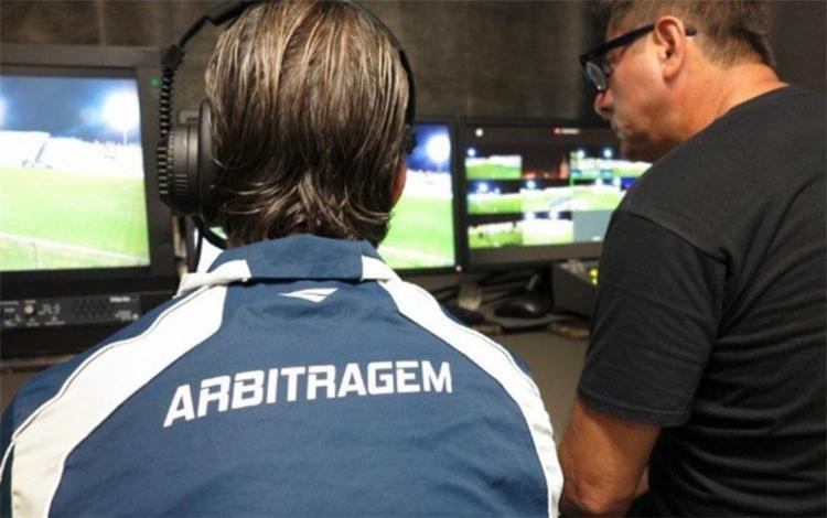 No VAR, quatro árbitros assistem ao jogo em uma sala, com diversos monitores, sem acesso ao gramado - Foto: Fernando Torres | CBF