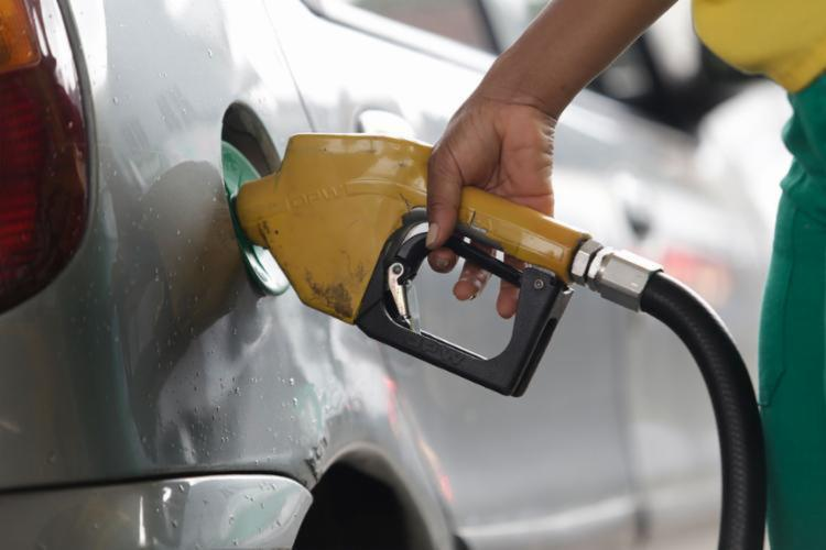 Na Bahia o combustível subiu de R$ 4,266 para R$ 4,308. - Foto: Adilton Venegeroles | Ag. A TARDE | 20/05/2017