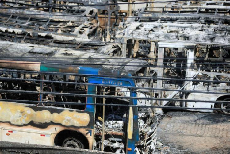 Incêndio na antiga garagem da BTU atingiu 62 ônibus - Foto: Alessandra Lori | Ag. A TARDE