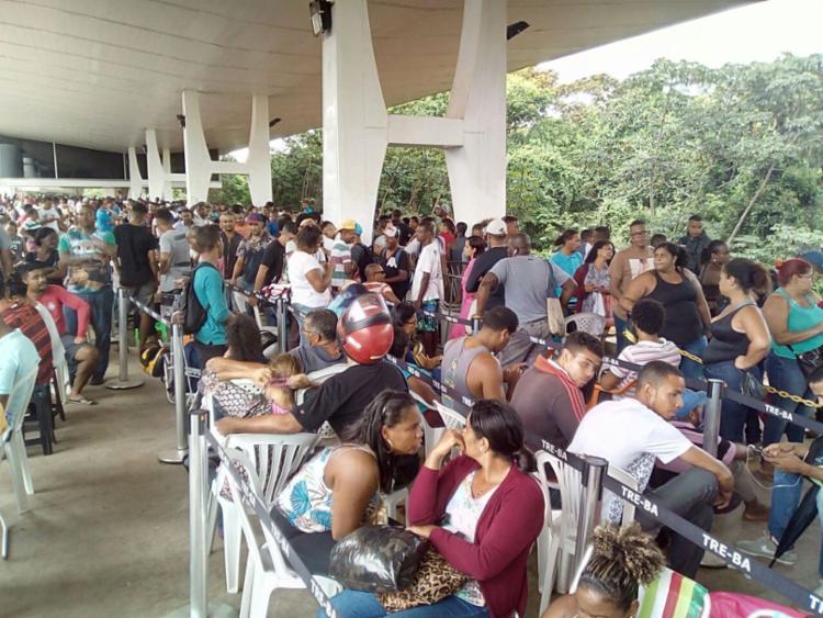 Milhares de pessoas aguardam atendimento na sede do TRE, no CAB - Foto: Alessandra Lori | Ag. A TARDE