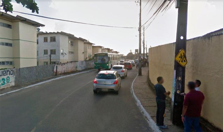 Suspeito tentou levar uma bicicleta que estava dentro do condomínio na Estada da Muriçoca - Foto: Reprodução   Google Maps