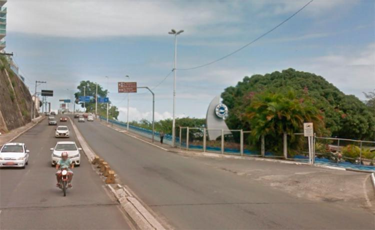Parte da avenida Contorno, sentido Canela, está bloqueada pelo veículo - Foto: Reprodução | Google Maps
