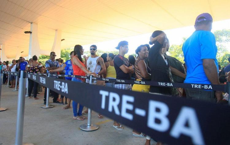 Eleitores enfrentam filas no último dia para recadastramento biométrico - Foto: Mila Cordeiro   Agência A Tarde   15.01.2018