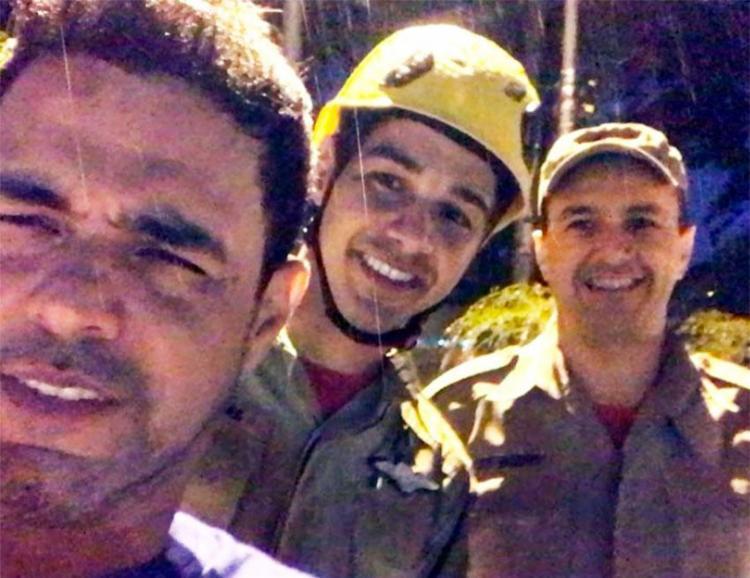Zezé di Camargo ao lado dos bombeiros que o salvaram na enchente - Foto: Reprodução | Instagram