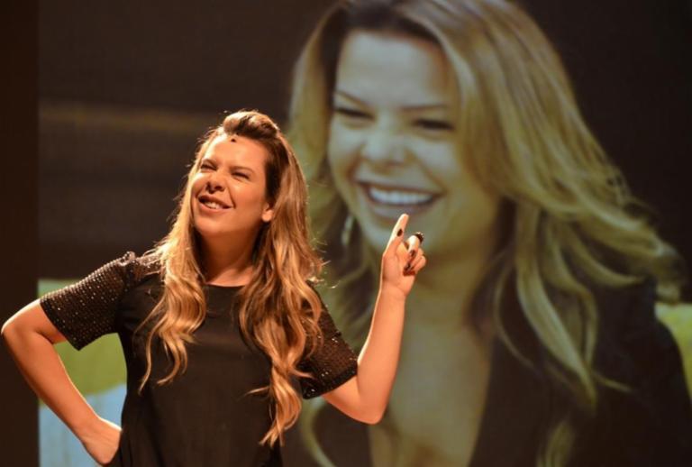 Fernanda Souza comemora sucesso de sua peça com mini turnê
