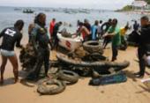 Pescadores retiram lixo do mar da Barra | Foto: