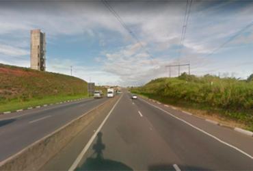 Caminhão tomba e motorista fica preso às ferragens na BA-526 | Reprodução | Google Maps
