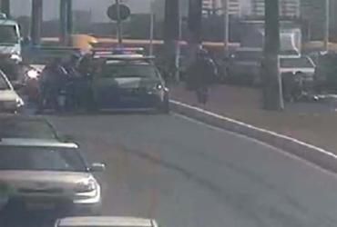 Acidente entre carro e moto deixa motociclista ferido na Paralela | Reprodução | Twitter
