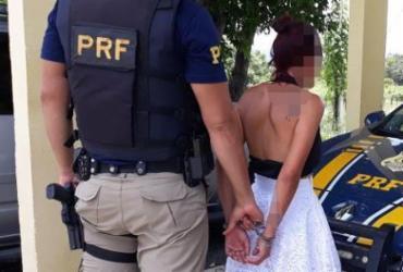 Jovem é presa suspeita de transportar drogas em ônibus na BR-242 | Divulgação | Polícia Rodoviária Federal