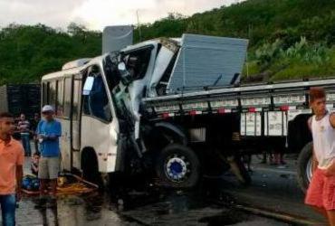 Confirmada mais uma morte na colisão entre micro-ônibus e caminhão na BR-116 | Reprodução