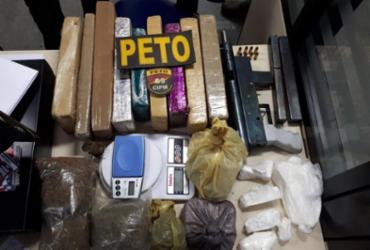 Jovem é presa com metralhadora e 21 kg de drogas na Bahia   Divulgação   SSP