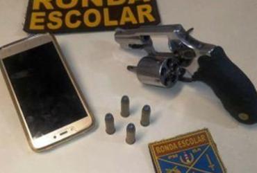 Jovem de 18 anos é preso com arma na frente de escola no IAPI | Divulgação | Polícia Militar