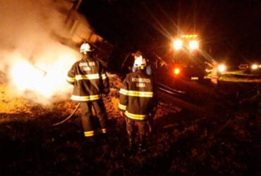 Carreta com grãos de soja pega fogo na BR-242 | Divulgação | Corpo de Bombeiros